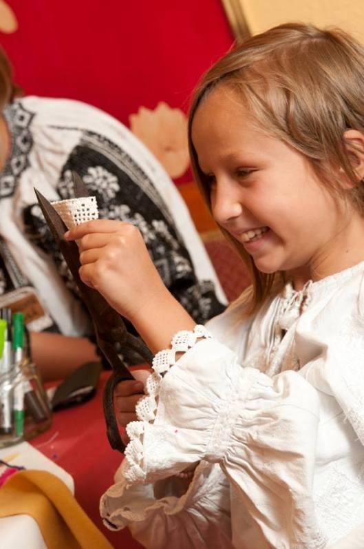 les petites filles du village apprennent coudre leur propre IA