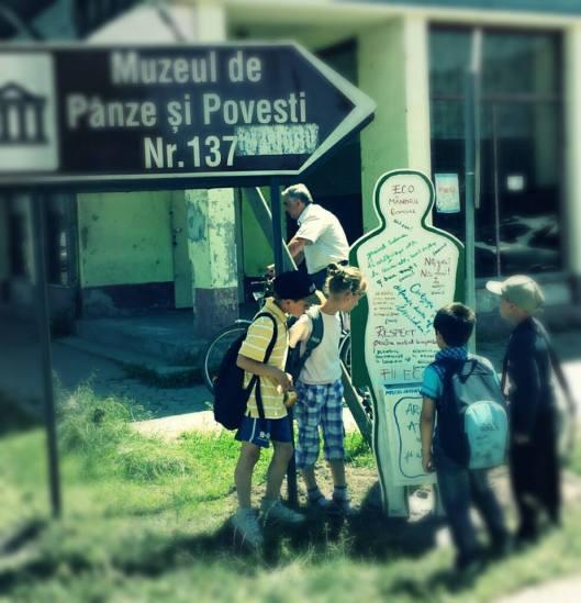 Vers Le Musée de Canevas aux motifs traditionnels et Contes